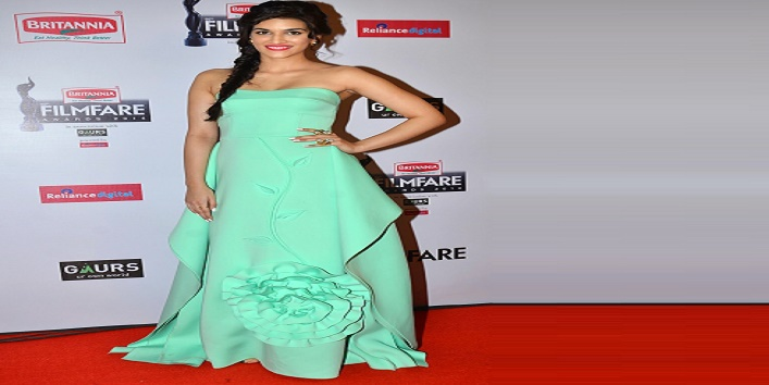 Sonali kriti and other bollywood actresses look gorgeous in this gown4